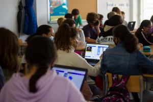 Alumnes a l'aula realitzant una activitat de programació amb microbit i makecode.