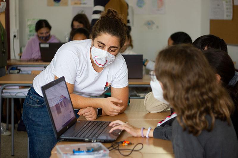 Alumnes de 2n d'ESO amb una SHERPA programant la micro:bit amb MakeCode de Microsoft
